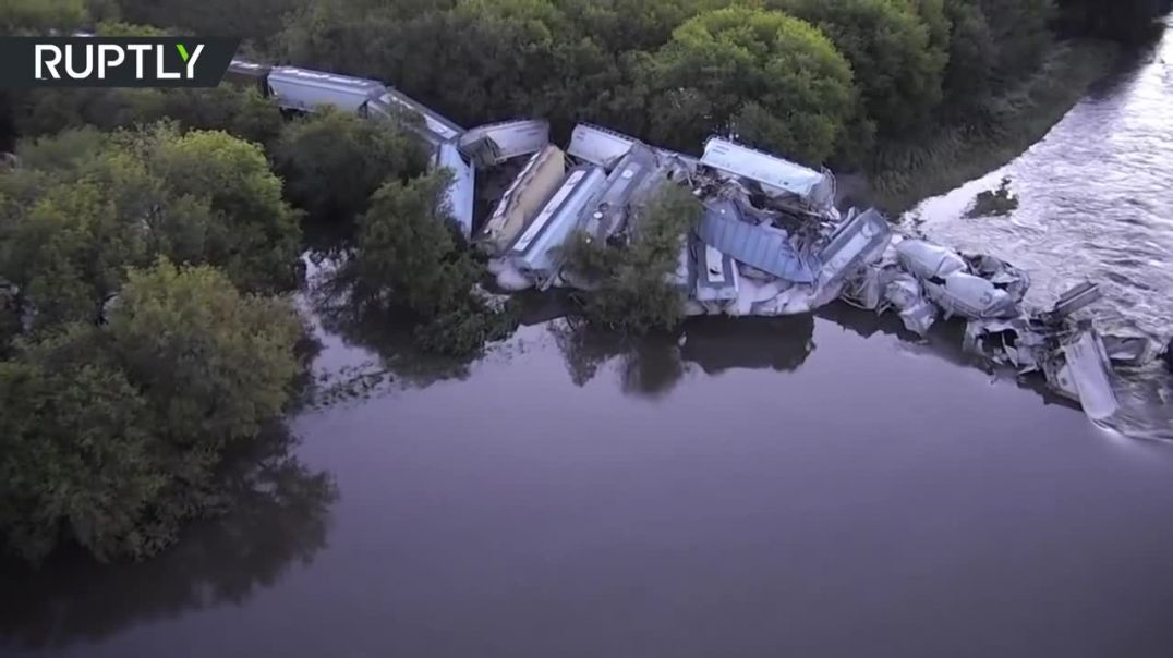 Freight train plummeted into Floyd river after bridge collapse in Iowa.mp4