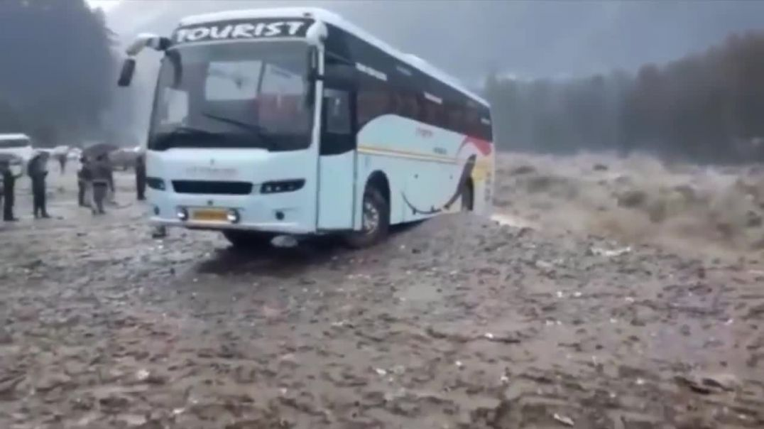 Manali heavy rains - Volvo bus taken by river Beas.mp4