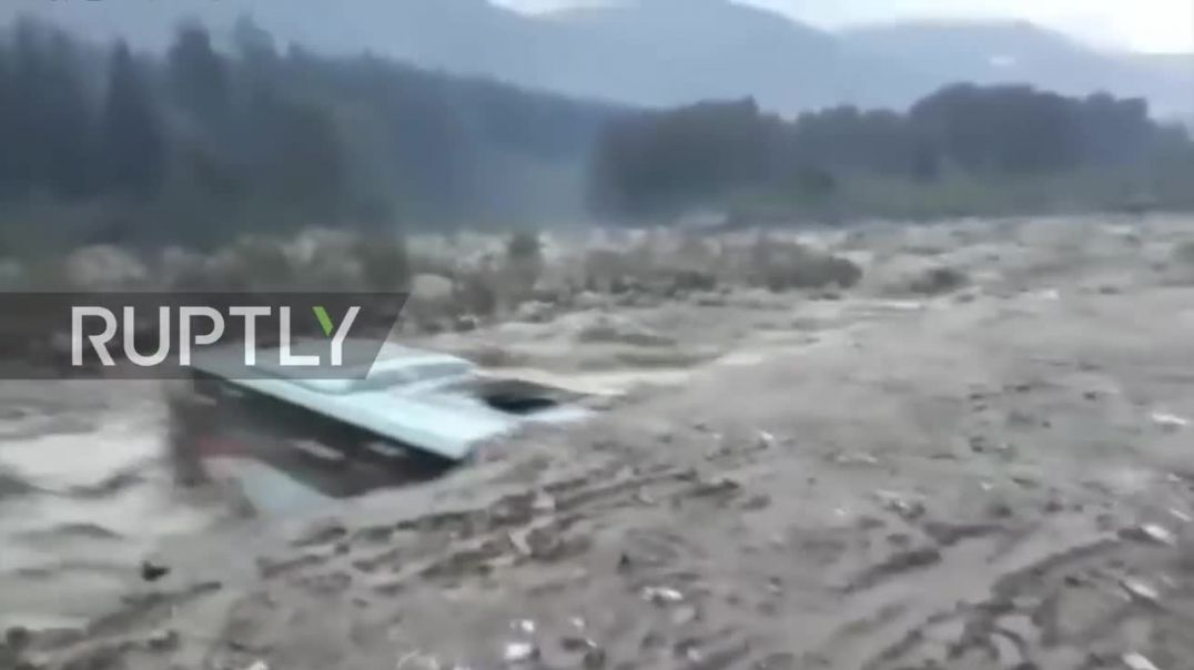 India- Rising waters wash away vehicles as floods continue in North India.mp4