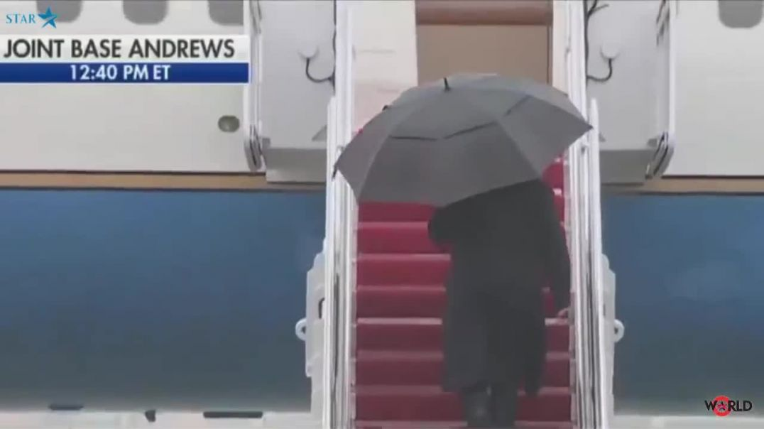Unbelievable -Trump doesn't know how to close an umbrella.mp4