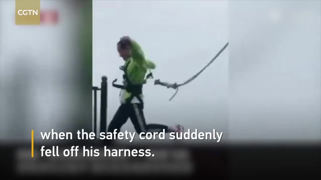 Safety cord falls off harness as man hops on high bridge in SW China.mp4