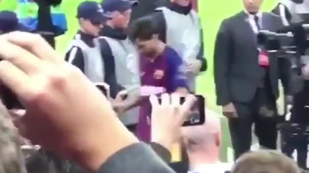 LEO MESSI  That face you pull when the best player in the world shakes your hand (1).mp4
