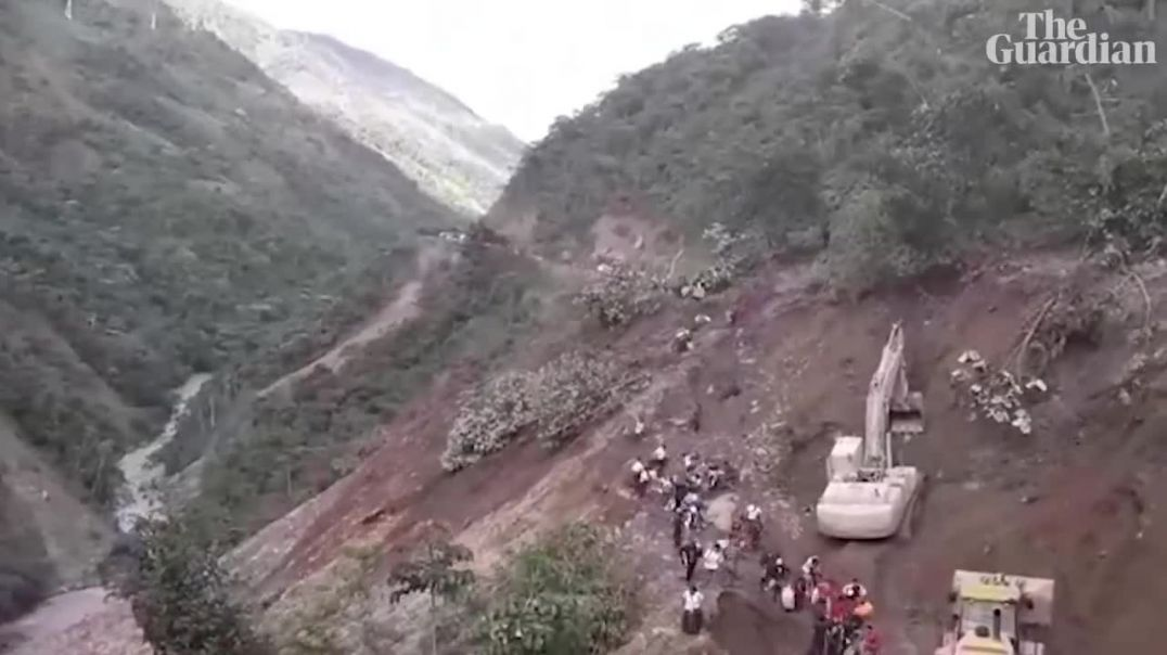 People swept away by mudslide as mountainside collapses in Bolivia.mp4