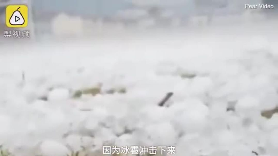 Huge hailstones batter Chinese county destroying cars and homes.mp4