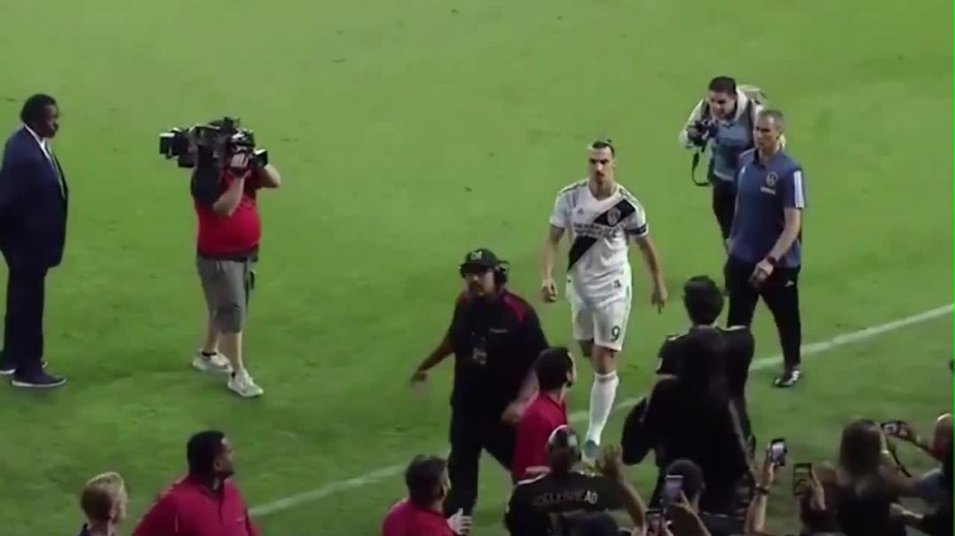 Zlatan Ibrahimovic gestures to the crowd after the end of the game.mp4