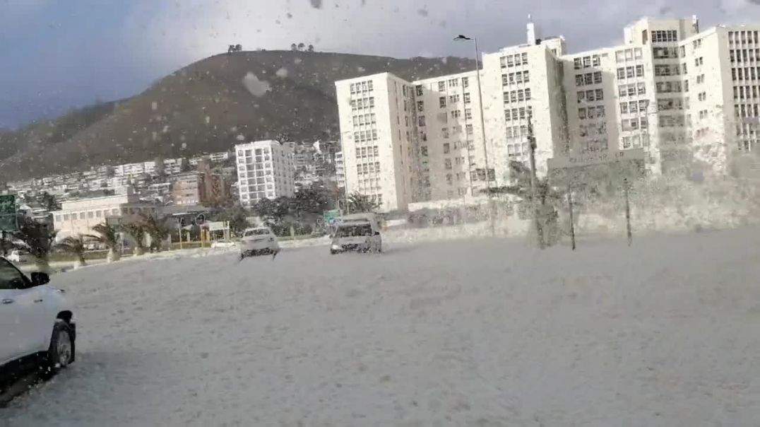 Sea Foam Covers Cape Town as Gale Force Winds Hit South African Coast.mp4